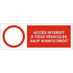 Panneau accès interdit à tous les véhicules sauf ayants droit