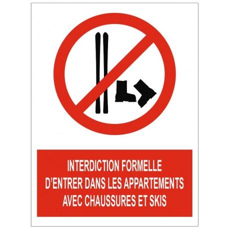 Panneau interdiction formelle d'entrer dans les appartements avec chaussures et skis