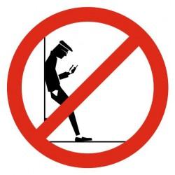 Panneau interdit appuyer contre le mur